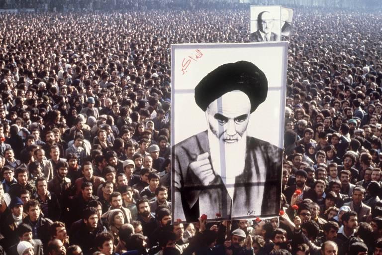 Iranianos protestam em Teerã contra o xá Reza Pahlevi e seguram imagem do aiatolá Khomeini, que vivia  no exílio