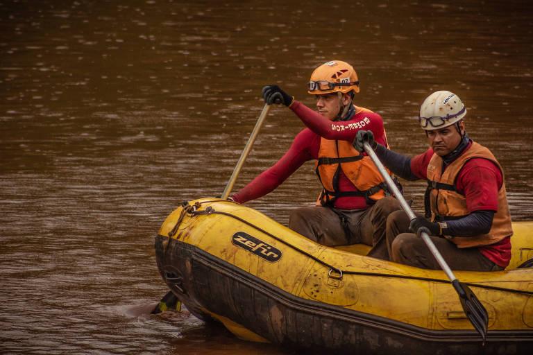 Expedição de pesquisadores pelo rio Paraopeba