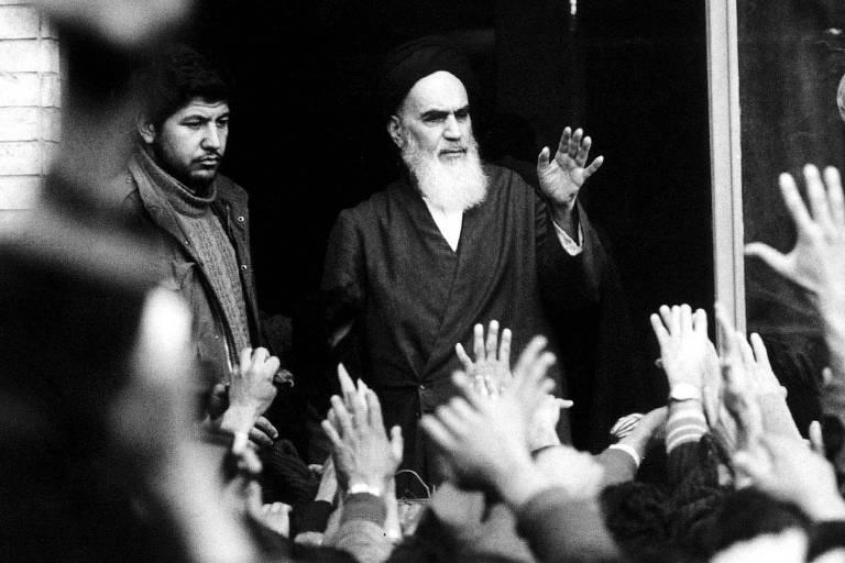 O aiatolá Khomeini fala em escola de Teerã em fevereiro de 1979