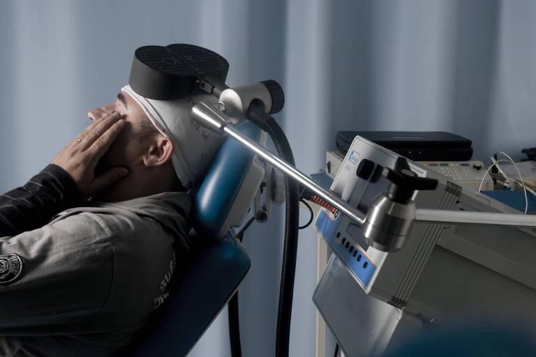 Paciente em tratamento experimental com estimulação magnética transcraniana no HC da USP