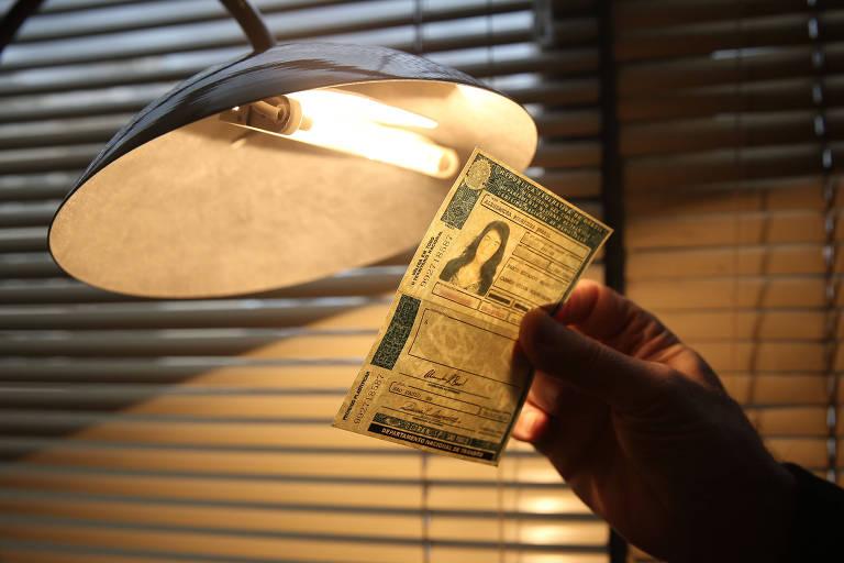 Documento falso contra luz