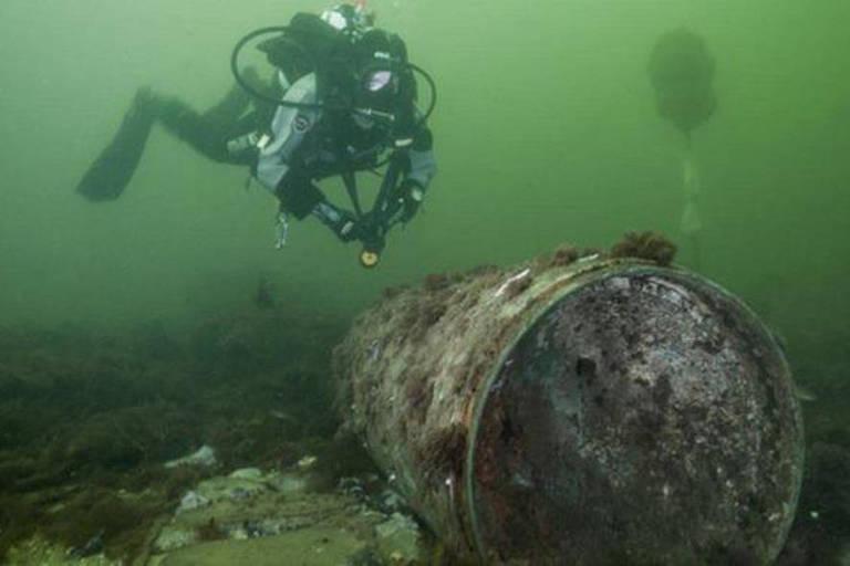 Mergulhador do centro de mergulho de pesquisa da Universidade de Kiel se aproxima de um remanescente de munição afundado no Kolberger Heide, no Mar Báltico