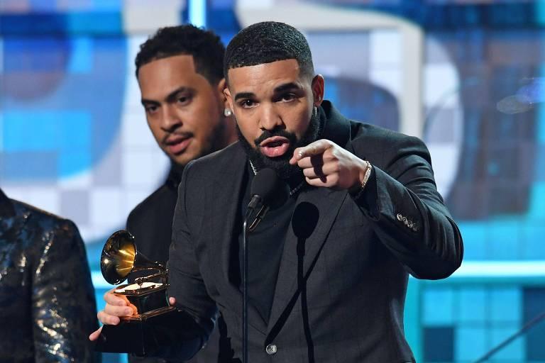 """O rapper canadense Drake recebendo o prêmio de Melhor Rap por """"Gods Plan"""" no 61º Grammy (2019)"""