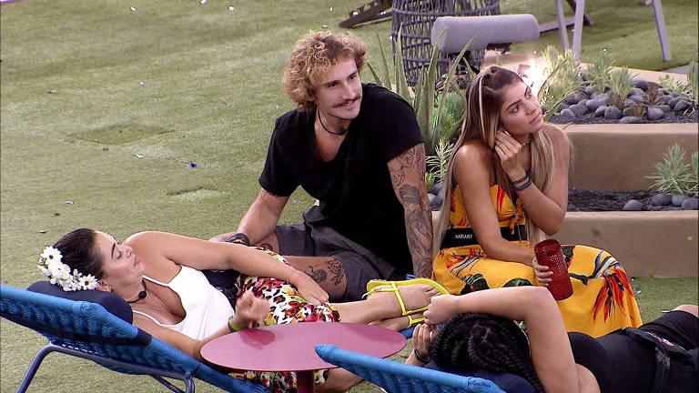 Alan, Tereza e Hariany conversando