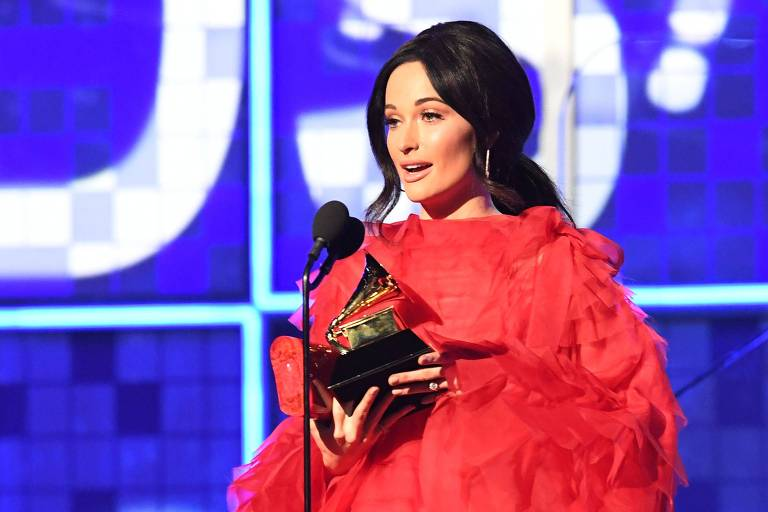 """Kacey Musgraves recebe o prêmio de Álbum do Ano pela """"Golden hour"""" no palco durante o 61º Grammy Awards"""