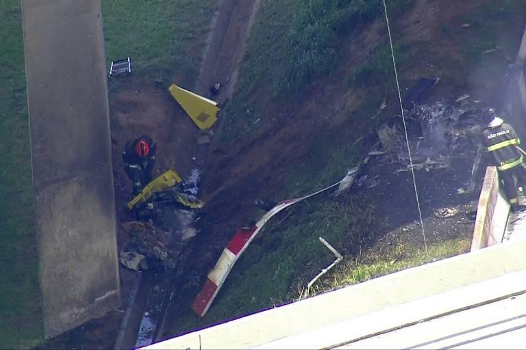 Destroços de helicóptero no Rodoanel próximo à rodovia Anhanguera