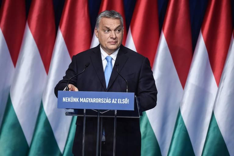 O primeiro-ministro da Hungria faz discurso para correligionários