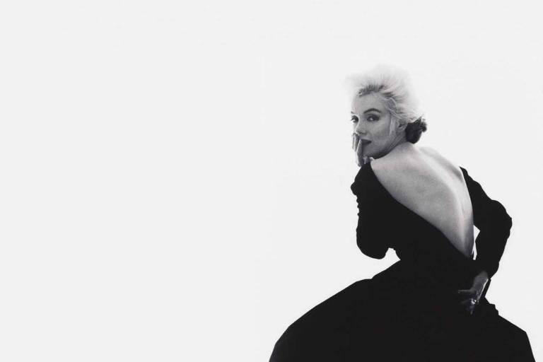 """Marilyn Monroe, em sua última sessão, em junho de 1962, um pouco antes da morte da atriz; a estrela escolheu uma suíte do hotel Bel-Air, em Los Angeles (EUA), para ser o local do ensaio do fotógrafo norte-americano Bert Stern para a revista """"Vogue"""". Ela veste Christian Dior"""