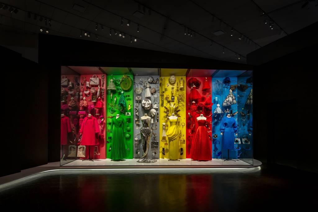 Cenografia da exposição Dior, From Paris to the World, em cartaz em Denver (EUA). Com curadoria de Florence Muller, trata-se da primeira exposição de Christian Dior nas Américas