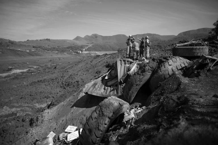 Socorristas atuam em buscas por vítimas do rompimento de barragem em Brumadinho (MG)