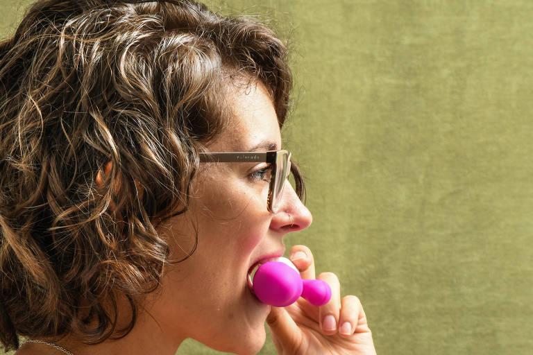 A doula Gabriela Gavioli, 25, com seu vibrador
