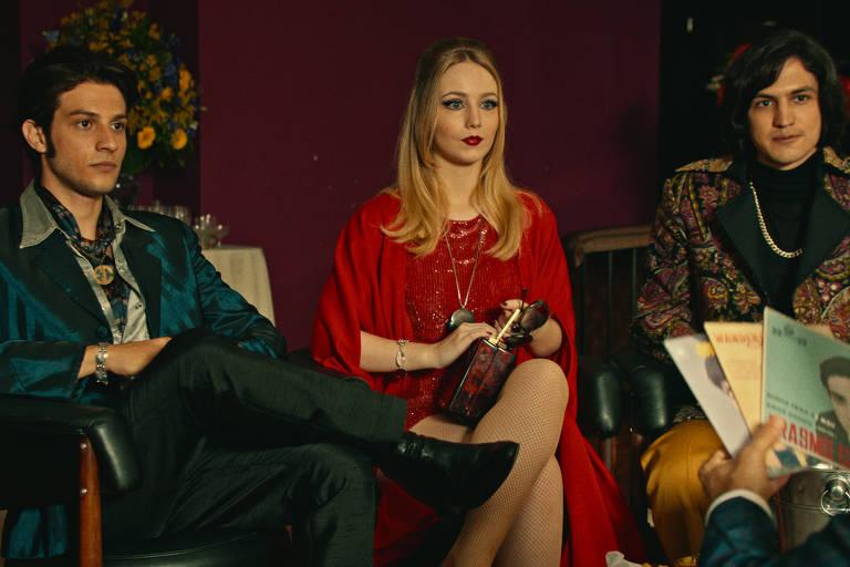 Chay Suede, Malu Rodrigues e Gabriel Leone como Erasmo, Wanderléa e Roberto em cena de 'Minha Fama de Mau'