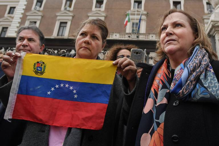 Mitzy Capriles de Ledezma, à dir., esposa do ex-prefeito de Caracas, com membros da delegação que se encontrou com o chanceler italiano, em Roma