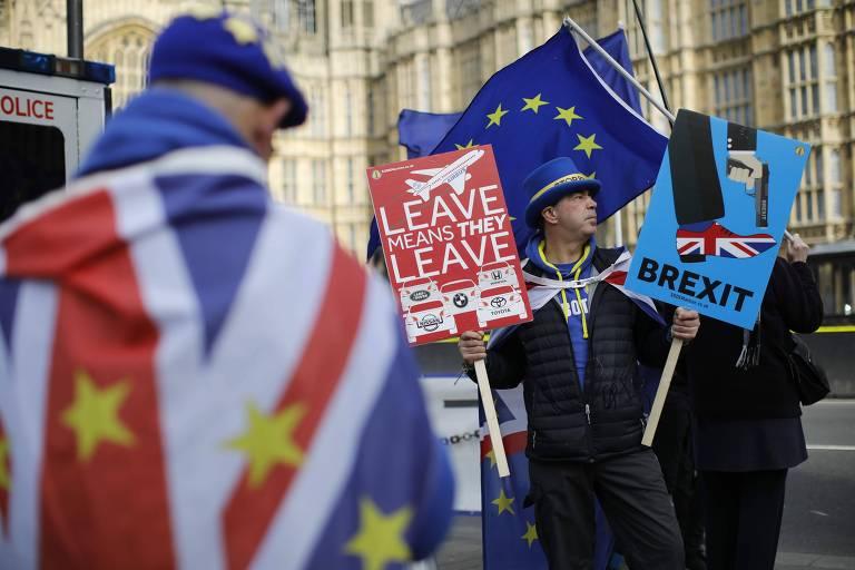 Manifestantes anti-brexit protestam em frente ao Parlamento britânico nesta terça-feira (12)