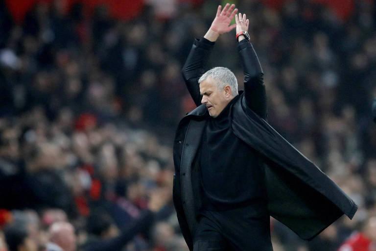 Mourinho faz gesto de irritação durante partida contra o Arsenal. Após ser demitido pelo Manchester United, José Mourinho foi contratado pela DAZN para comentar jogos