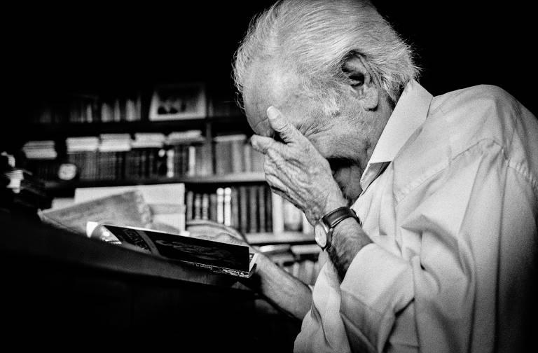 O poeta Manoel de Barros em sua casa em Campo Grande