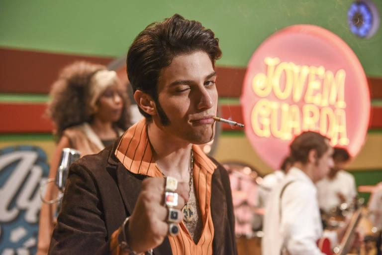 Chay Suede como Erasmo Carlos em cenário do programa Jovem Guarda