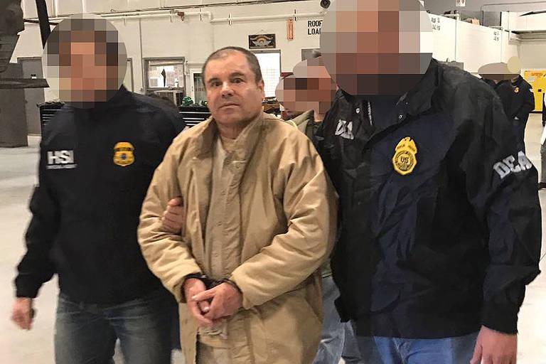 O traficante El Chapo escoltado por policiais mexicanos em Ciudad Juárez em 2017 ao ser extraditado para os EUA