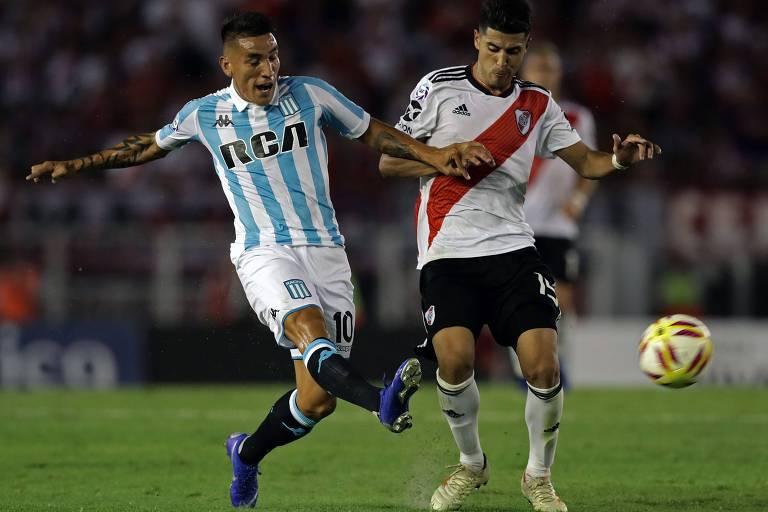 Centurion (à esq.), atacante do Racing, disputa bola com Palacios durante partida da primeira divisão do Campeonato Argentino