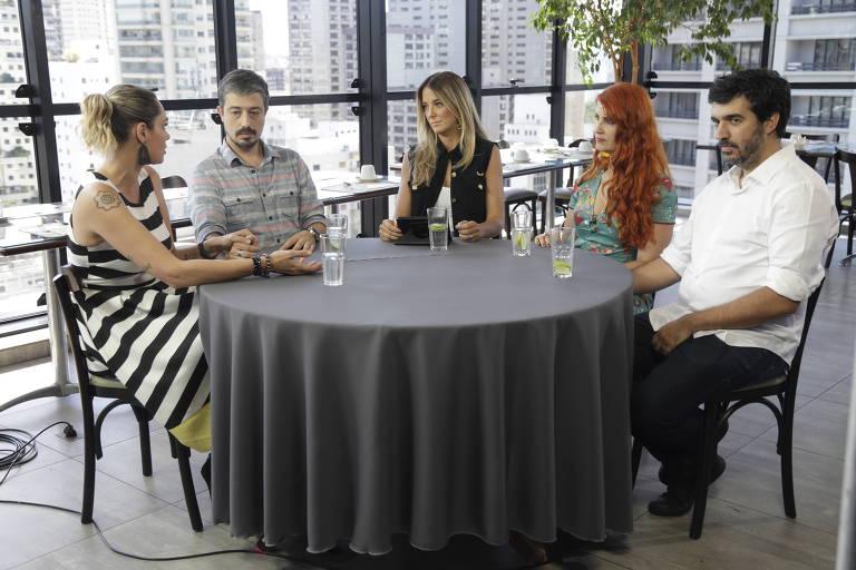 Cena do primeiro episódio do Troca de Esposas, com Aritana Maroni (à esq.) mudando de família
