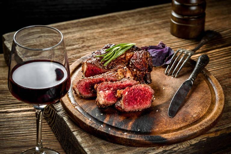 Como uva e carne: saiba que tipo de vinho vai bem no churrasco