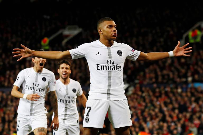 Kylian Mbappé abre os braços e comemora o segundo gol do PSG contra o Manchester United