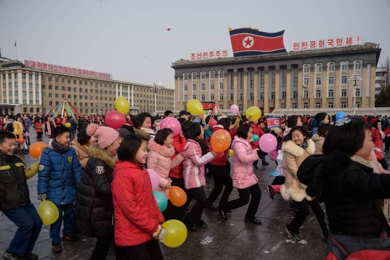 Crianças brincam de jogos tradicionais na praça Kim Il-sung durante as celebrações do Ano-Novo Lunar em Pyongyang, na Coreia do Norte