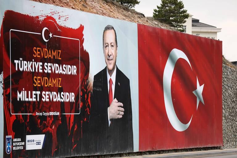 """Outdoor em Ancara mostra o presidente turco, Recep Tayyip Erdogan, com a mensagem """"Nosso amor é o amor turco, nosso amor é pela nação"""""""