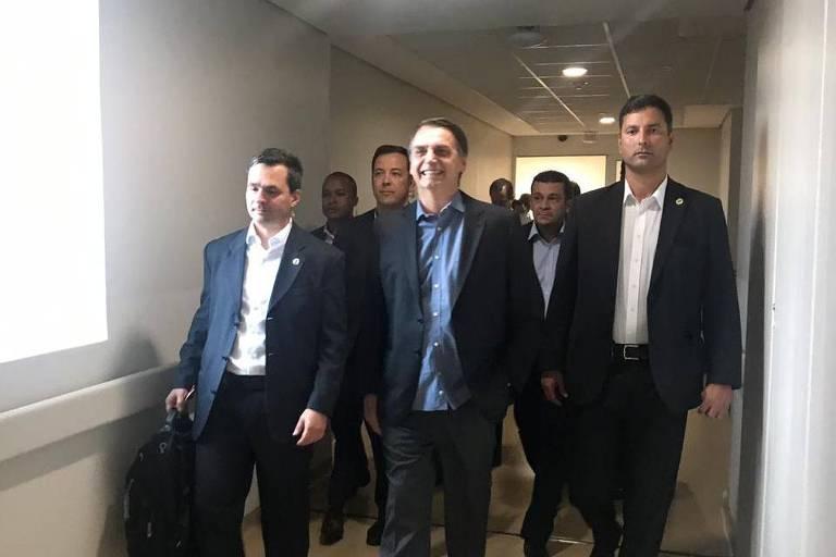Presidente Jair Bolsonaro, após alta, durante saída do Hospital Albert Einstein