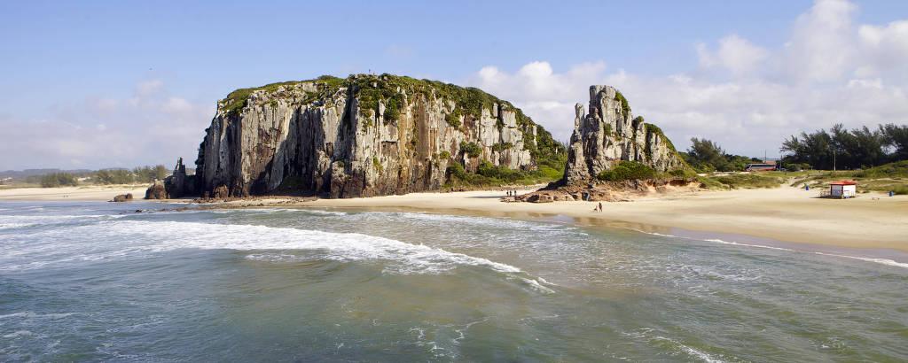 Praia vista do alto, com dois morros na areia