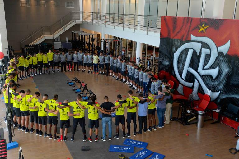 Na academia do CT, jogadores do time profissional do Flamengo prestam homenagem às vítimas do incêndio