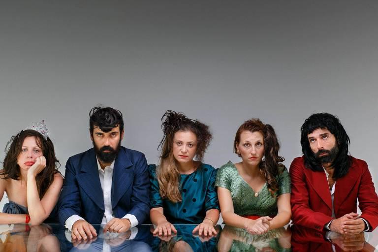 Atores que integram o Grupo Tablado de Arruar, que estreia a peça 'Pornoteobrasil'