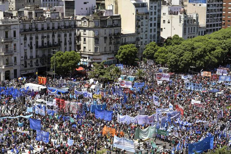 Milhares de manifestantes se reuniram na Avenida 9 de Julio em Buenos Aires em protesto contra o governo do Presidente Mauricio Macri e suas políticas econômicas. Manifestantes que se reuniram em 50 cidades. Eles pedem a declaração de uma emergência alimentar e que o governo suspenda o aumento das tarifas públicas em meio à crise financeira que atinge o país.