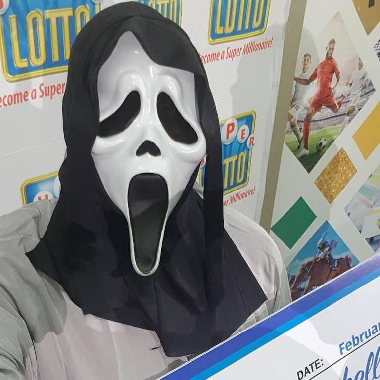 Ganhador de loteria usa máscara do Pânico para receber prêmio na Jamaica