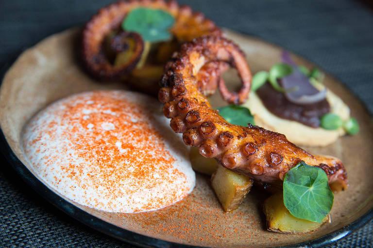 Tentáculos de polvo grelhados no tutano estão no menu do restaurante V.E.R.A.