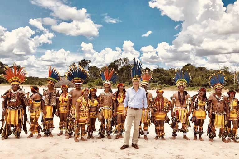 Ricardo Salles, ministro do meio ambiente, posa com índios