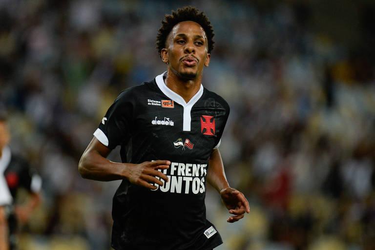 Com camisa em homenagem ao Flamengo, vascaíno Lucas Mineiro comemora gol sobre o Resende