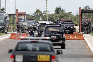 Comboio da Polícia Federal chega a presídio em Brasília