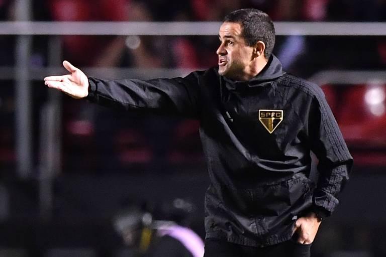 O técnico André Jardine comanda o São Paulo durante empate no Morumbi