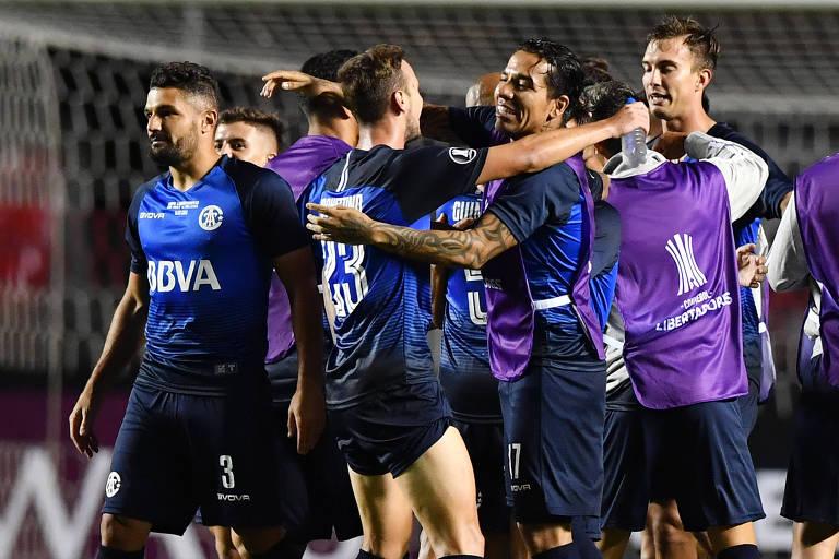 Jogadores do Talleres comemoram a classificação obtida no Morumbi nesta quarta (14)