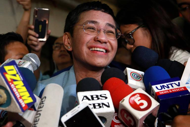 A jornalista Maria Ressa, do site de notícias Rappler, concede entrevista após deixar a prisão em Manila, nas Filipinas