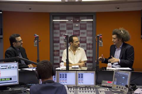 O publicitário Hugo Rodrigues (dir.), da Publicis, o mediador Morris Kachani (centro) e o coordenador do curso de comunicação social da ESPM, Paulo Roberto Cunha (esq.), no  programa Arena do Marketing, no estúdio da ESPM, em São Paulo (SP).  (Foto: Bruno Leite) ***DIREITOS RESERVADOS. NÃO PUBLICAR SEM AUTORIZAÇÃO DO DETENTOR DOS DIREITOS AUTORAIS E DE IMAGEM***