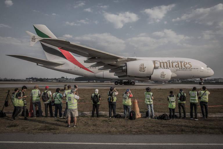Airbus A380 da Emirates é fotografado no aeroporto internacional de Guarulhos (SP)