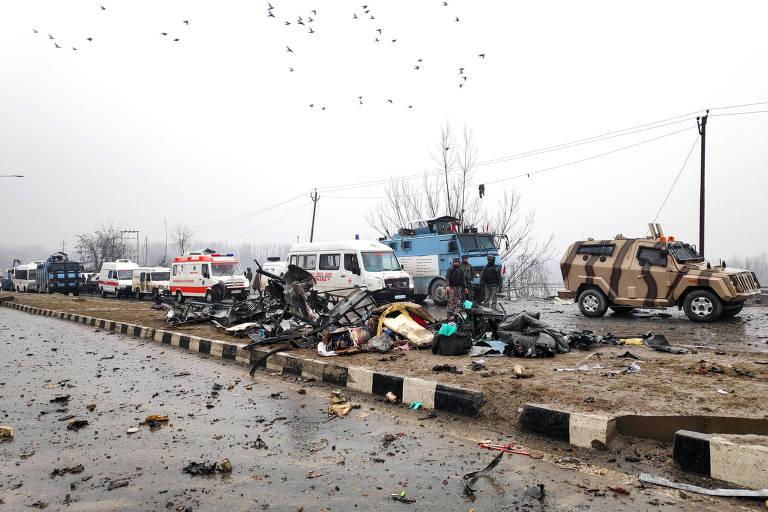 Soldados indianos examinam os destroços depois de uma explosão em Lethpora, na Caxemira do Sul, na Índia