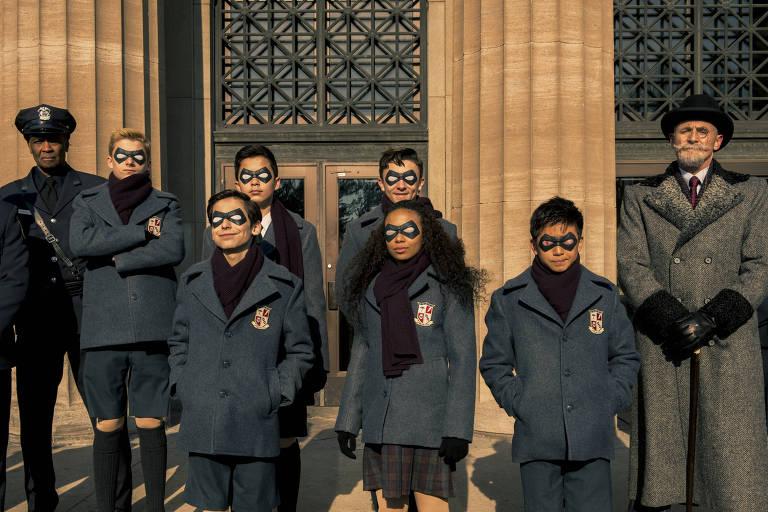 super herois com roupa de escola