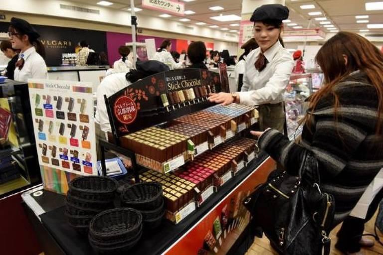 Na tradição japonesa, mulheres dão chocolate para colegas de trabalho