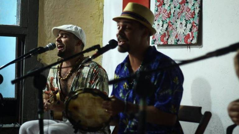 Músicos de Mogi das Cruzes tocam sambas autorais