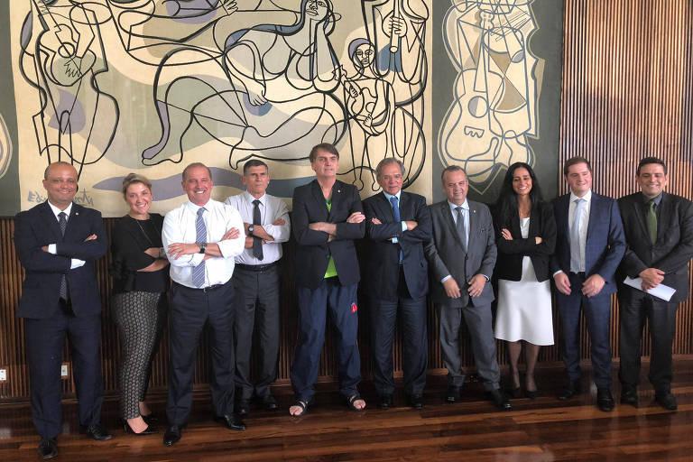 O presidente Jair Bolsonaro, ao lado de ministros como Onyx Lorenzoni e Paulo Guedes e outros membros do governo após discutir o projeto de Reforma da Previdência, em Brasília