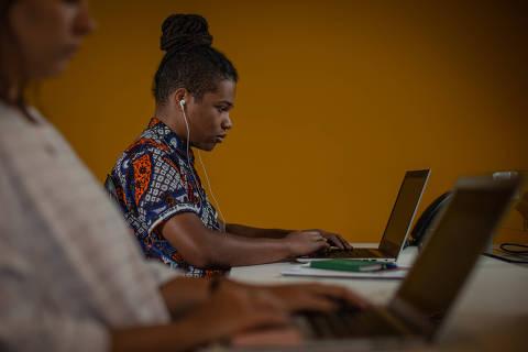 SÃO PAULO, SP, BRASIL, 11-02-2019: Retrato do Retrato do publicitário da agência F.biz (local das fotos) Kelvin Alves (23), que tem o costume de ouvir música enquanto trabalha. (Foto: Bruno Santos/ Folhapress) *** FSP-ESPECIAIS *** EXCLUSIVO FOLHA***