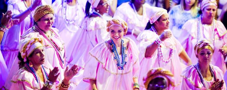 A ala das baianas da Rosas de Ouro ensaia para seu desfile no Sambódromo do Anhembi